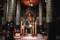 Estatua de bronce de Buda en el altar del templo - foto de stock