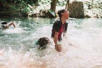 Laos, Luang Prabang: Bambini che si divertono sul fiume — Foto stock