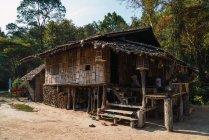 Екстер'єр традиційний Азіатський будинок в природі — стокове фото