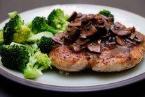 Chiuda sulla vista di gustosi arrosti di carne con salsa servita con riso e broccoli in piastra — Foto stock