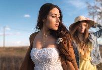 Веселий молодих жінок, що йдуть на полі в сонячний день — стокове фото