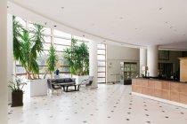 Ver os ao vazio entrando no hall hotel — Fotografia de Stock