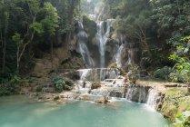 Vista a cascata tropicale che scorre nel lago — Foto stock