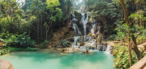 Vista panorámica de cascadas tropicales en lago Turquesa - foto de stock