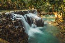 Быстрые водопады, текущие на тропическом озере — стоковое фото