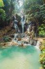 Hermosas cascadas tropicales que fluye hacia abajo en el lago Turquesa - foto de stock