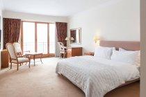Hotel Zimmer mit weißen Bett und beleuchtete Lampe — Stockfoto