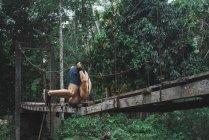 Mann kopfüber am Seil-Brücke — Stockfoto