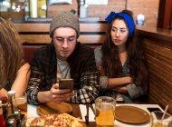 Jovens amigos passando tempo na mesa do café no restaurante . — Fotografia de Stock