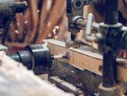Stück Schnittholz mit professioneller Zimmereimaschine in der Werkstatt. — Stockfoto