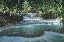 Idilliaca cascata con acqua turchese a foresta tropicale — Foto stock