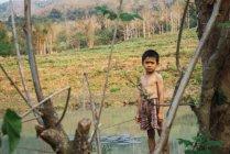 Лаос-18 лютого 2018: Задумливою маленький хлопчик стоїть в природі і, дивлячись на камеру. — стокове фото