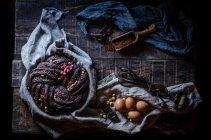 Натюрморт шоколадный торт на сельских таблицы — стоковое фото