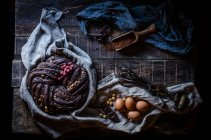 Ainda vida de bolo de chocolate na mesa rural — Fotografia de Stock
