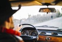 Глаза человека за рулем винтажного белого автомобиля в зеркале заднего вида — стоковое фото