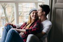 Sensuale giovane coppia abbracciare su finestra sillat casa — Foto stock
