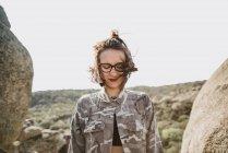 Jovem mulher de pé no penhasco com os olhos fechados — Fotografia de Stock
