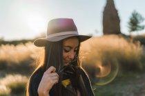 Btunetteyoung жінка в капелюсі в природі — стокове фото