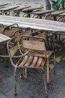 Rostige alte Stühle am Holztisch in der Stadtstraße. — Stockfoto