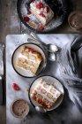 Кусочки сливочного малиновый торт на плиты — стоковое фото