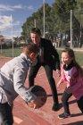 Батько і діти грати в баскетбол — стокове фото
