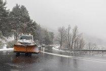 Arado de nieve quitando nieve en blizzard - foto de stock