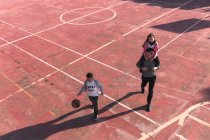 Father and children on basketball court — Stock Photo