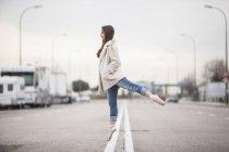 Bailarina de pie sobre una pierna - foto de stock