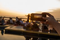 Hand nehmen Foto der Menschen im Ruhezustand — Stockfoto