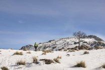 Homem com mochila caminhadas nas montanhas — Fotografia de Stock