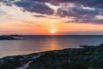Côte de l'océan et le ciel dramatique — Photo de stock