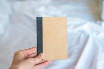 Hand holding notepad — Stock Photo