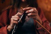 Mujer tejiendo con lana - foto de stock