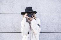 Женщина с камерой на улице — стоковое фото