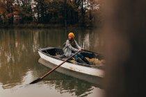Navigazione in barca sul lago della donna — Foto stock