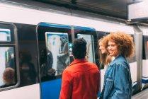 Молодий багаторасові жінок чекає поїзда — стокове фото