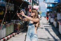 Беручи selfie жінку на вулиці — стокове фото