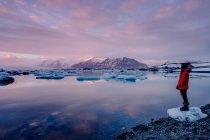 Turismo en lago helado - foto de stock