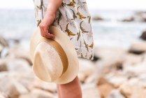 Cappello di paglia della holding della donna — Foto stock