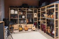 Regal mit Trommeln und Gitarren — Stockfoto