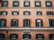 Оранжевое здание с жалюзи — стоковое фото
