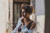 Menina macia em lingerie em pé no terraço — Fotografia de Stock