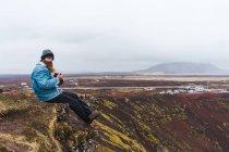 Homme assis à ciel ouvert — Photo de stock