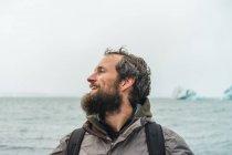 Barbu de homme avec commandes de sac à dos à la mer — Photo de stock