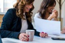 Жінок, що працюють на реєстрації — стокове фото