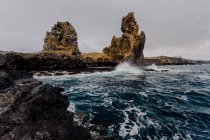 Grandi rocce e mare ondoso — Foto stock