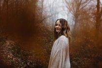 Женщина, стоящая в лесу — стоковое фото