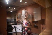 Жіночий вокал, співати в студії — стокове фото