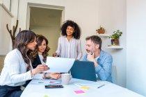 Kollegen bei der Arbeit zu kommunizieren — Stockfoto