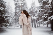 Mulher cobrindo rosto com neve — Fotografia de Stock